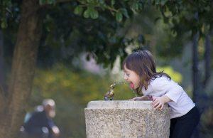 сколько воды нужно пить в день ребенку