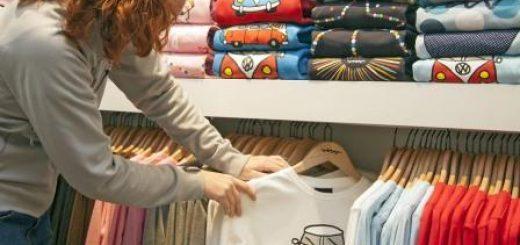 зачем стирать одежду после покупки